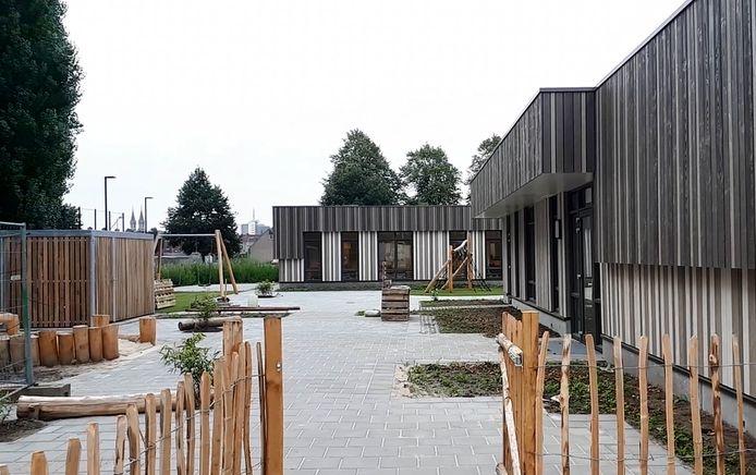 Buitenkant en speelplaats van de nieuwe school in de Westrand