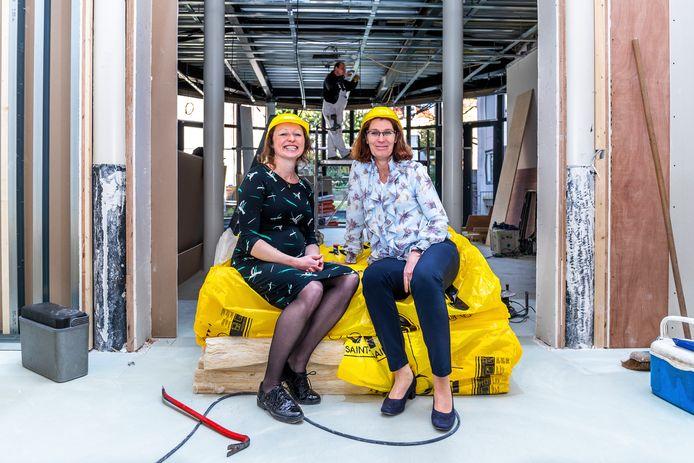 Projectleider Esther van Velden (links) en directeur Chantal Keijsper van Het Utrechts Archief.