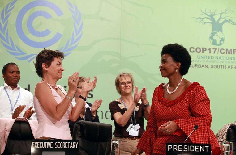 Staande ovatie voor de Zuid-Afrikaanse minister van Buitenlandse Zaken Maite Nkoana-Mashabane, die de conferentie voorzat. Beeld AFP