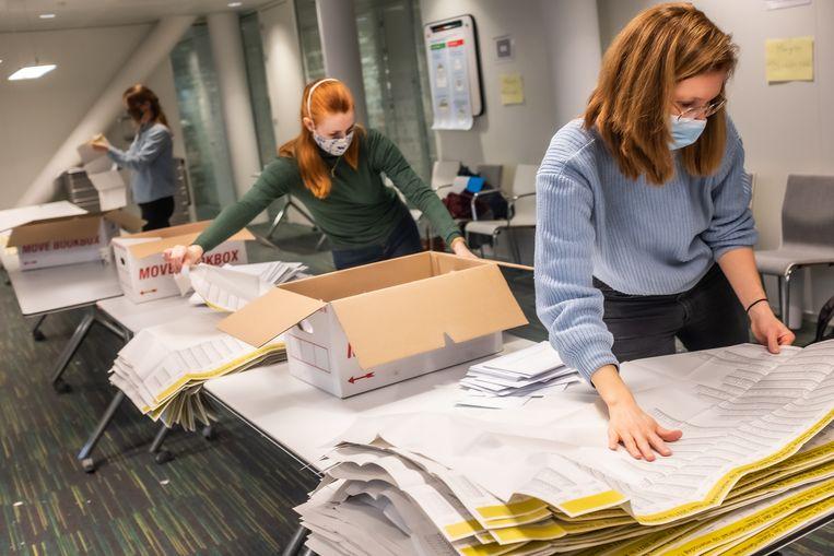 Poststemmen worden geteld in het stadskantoor van Haarlem.  Het stemgeheim op papier kan beter worden gegarandeerd dan elektronisch stemmen. Beeld Joris van Gennip