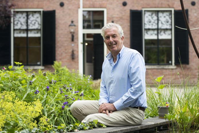 Voorzitter Eddy Muis van de Hist kring op de foto, ergens op het terrein van zijn historische woning.