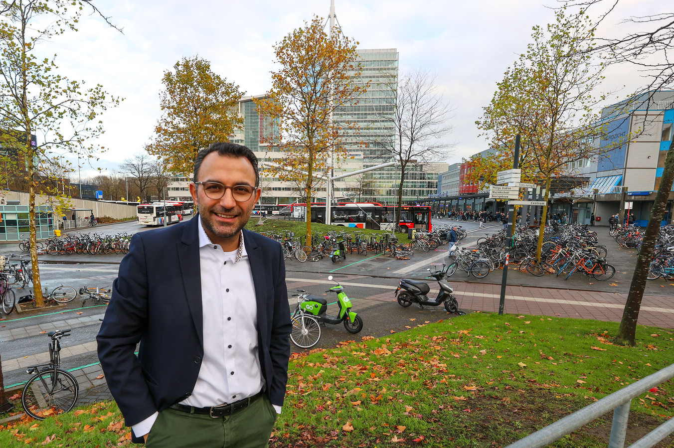 Eindhoven ED2020-7420  Wethouder Yasin Torunoglu bij busstation Neckerspoel