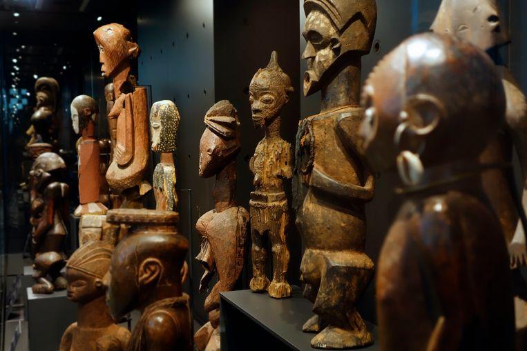 Houten beelden in het Afrika-museum in het Belgische Tervuren. Van 1 procent staat vast dat het roofkunst is, van veertig procent van de collectie - tienduizenden stukken - wordt onderzocht of deze rechtmatig zijn verkregen.  Beeld Getty