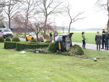 Auto crasht in voortuin in Luttenberg: voertuig eindigt op de kant