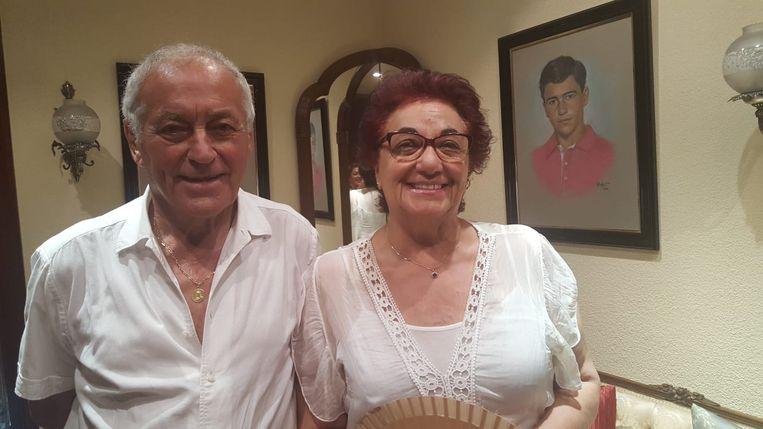 Papa Roberto (84) en mama Amor (74) - wat overdonderd door alle emoties van de voorbije weken - bij een schilderij van hun zoon in jongere jaren.