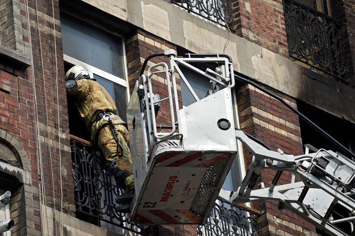 Comme le bâtiment de quatre étages menaçait de s'effondrer, les pompiers devaient opérer depuis l'extérieur. Les services de secours ont mobilisé cinq autopompes, deux auto-échelles, cinq équipes SMUR (Service Mobile d'Urgence et de Réanimation) et plusieurs ambulances.