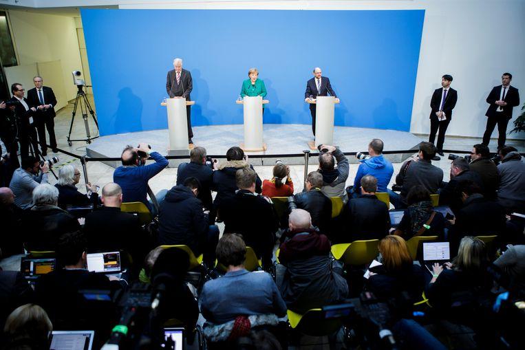 Bondskanselier Angela Merkel (CDU) stelde het akkoord vanmiddag samen voor met CSU-leider Horst Seehofer (l.) en SPD-kopman Martin Schulz (r.).