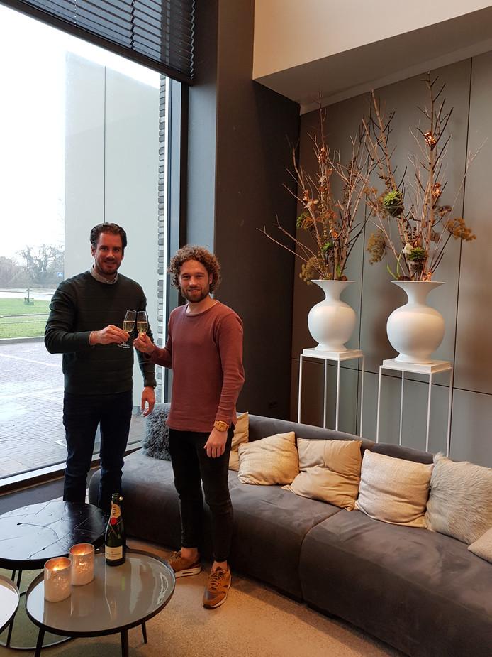 Meester Jesper (rechts) en Thijs Borgman van PM Label Group, proosten op het ontstaan van Monthly Hits Records.
