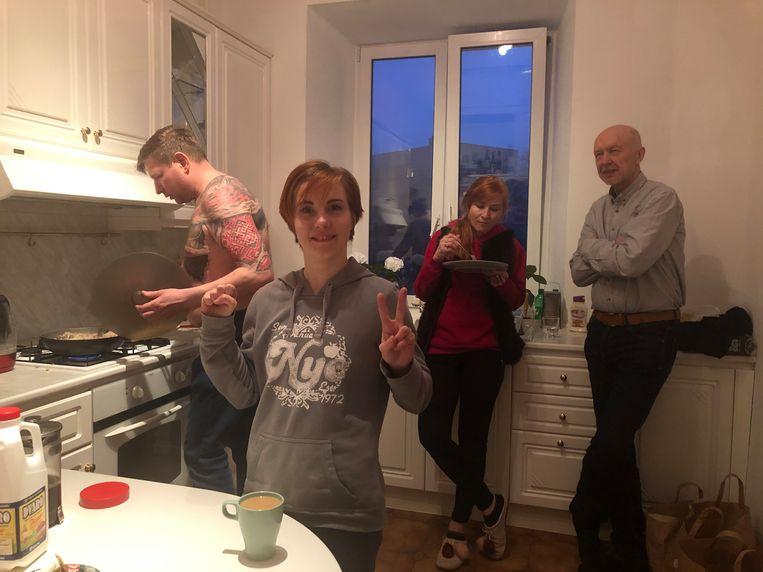 Ilona Roedenia (voorgrond) Oleg Darasjkevitsj (rechts), in een keuken in Vilnius, ontvluchtten recent hun moederland Belarus. Beeld Michiel Driebergen
