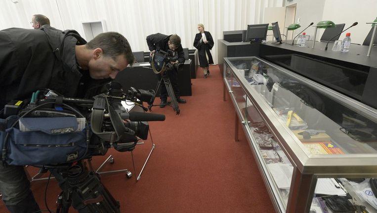 Een cameraman filmt het bewijsmateriaal in de zaak van Kim de G. Beeld EPA