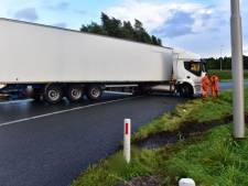 Aso-trucker in witte vrachtauto haalt levensgevaarlijke capriolen uit, politie Dalfsen zoekt rode vrachtauto
