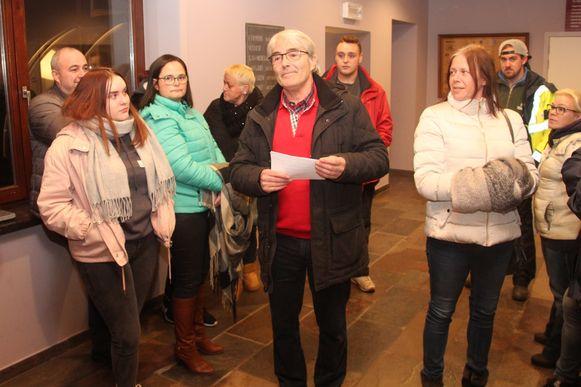 Huidig feestcomité-voorzitter Jef Lemmens voerde samen met een aantal carnavalisten actie voor de start van de gemeenteraad in Lede donderdagavond.