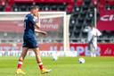Lance Duijvestijn druipt teleurgesteld af na de 5-1 nederlaag van zijn ploeg in De Adelaarshorst.