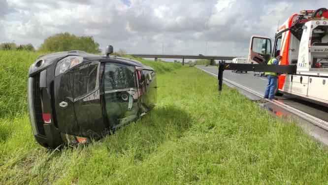 Bestuurder (52) verrast door regenbui en maakt tuimeling op A19