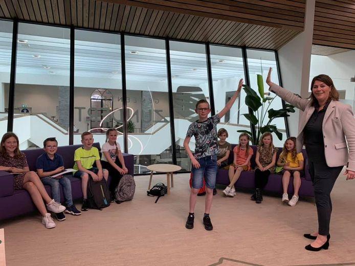 De kersverse kinderburgemeester Max Gommers en de burgemeester Joyce Vermue samen met de kinderraad in het raadhuis van hun gemeente Zundert