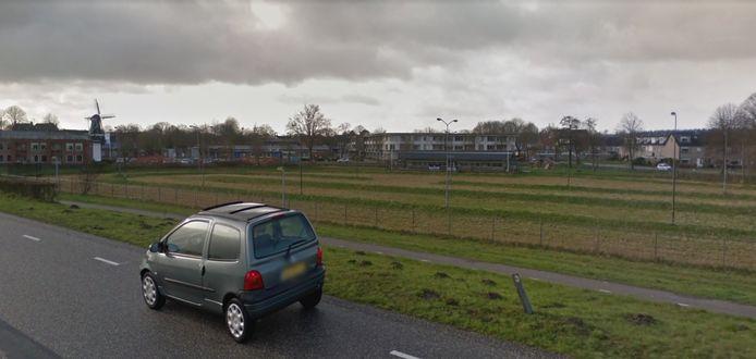 Het oude ijsbaanterrein naast de Geldersedijk in Hattem. Op de achtergrond de Van Heemstraschool, die opgaat in het nieuwe scholencluster, het Integraal Kindcentrum.