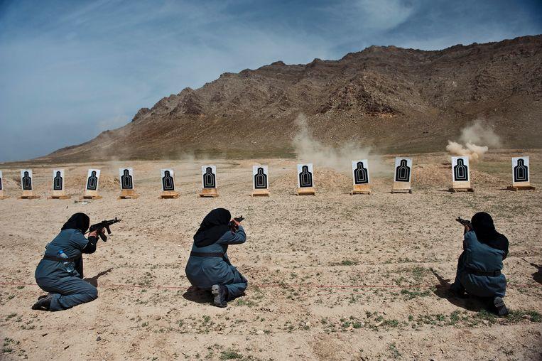 Afghaanse politieagentes krijgen schiettraining van carabinieri, Italiaanse NAVO-militairen. Beeld © Lynsey Addario / 2021 The Atlantic Monthly Group, Inc.   All rights reserved. Distributed by Tribune Content Agency