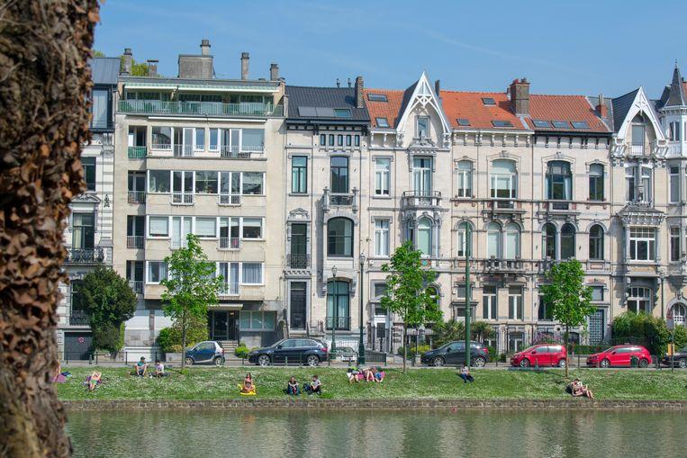 Mensen genieten van de zon in Ixelles/Elsene. Beeld Alamy