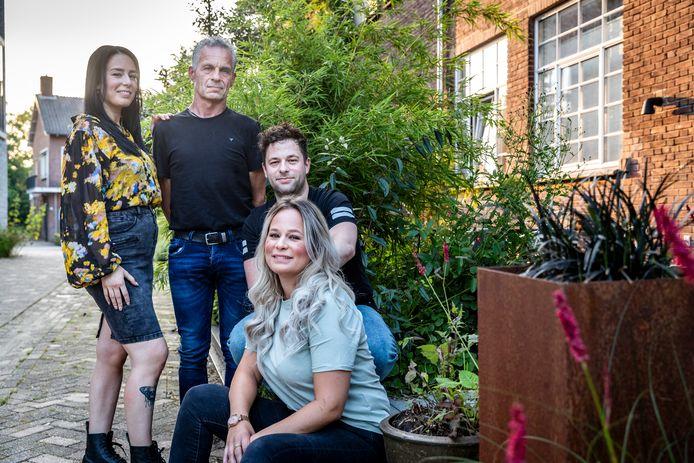 ALS-patiënt Eric van de Sande samen met zijn kinderen Manon (voorgrond), Susan en Remy.