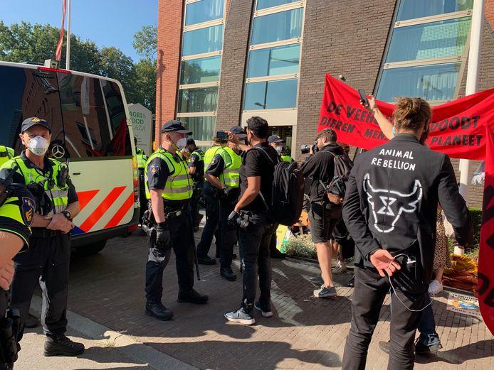 Actievoerders van Animal Rebellion bij het gebouw van de ZLTO in Den Bosch
