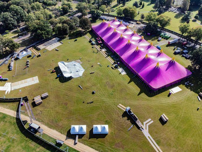 Op de Goffertweide wordt het terrein voor Het Foute Oktoberfest in gereedheid gebracht. Een enorme festivaltent staat inmiddels in het Goffertpark.