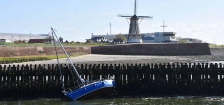 Zeilbootje mist haveningang in Vlissingen, opvarenden van boord gehaald
