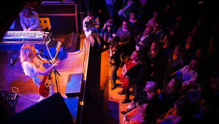 Zangeres en actrice Hadewych Minis treedt op tijdens de presentatie van haar debuutalbum in Bitterzoet in april 2013. Beeld anp