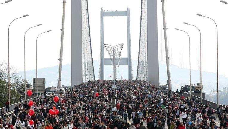 Deelnemers aan de marathon vorig jaar rennen over de Bosporusbrug. Beeld epa