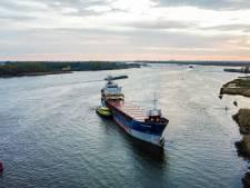 Twee schepen botsen op Oude Maas, vrachtschip ligt vast