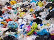 Vuil plastic enorme kostenpost in Twente: 'Deel inwoners weet niet wat bij plastic afval hoort'