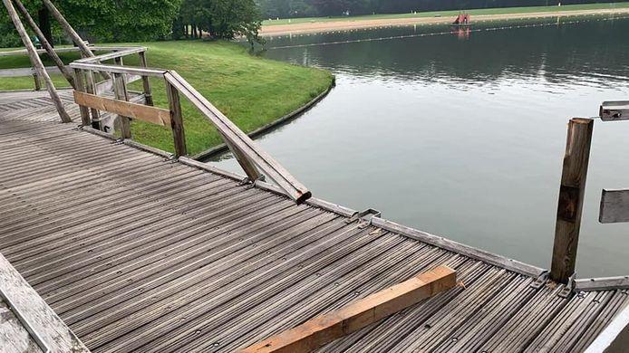 De vernielde brugleuning bij recreatiepark Het Hulsbeek.