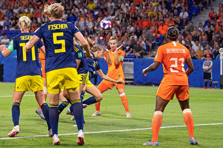 Vivianne Miedema kopt de bal op het Zweedse doel, na een corner, een van de wapens van Nederland. Keeper Hedvig Lindahl kan nog net een doelpunt voorkomen door de bal tegen de lat te tikken. Beeld Guus Dubbelman / de Volkskrant