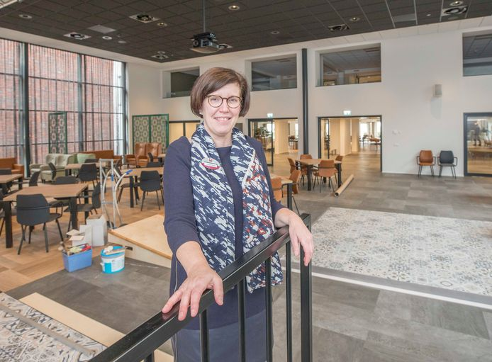 Teamleider Nicolette Muskee in de nieuwe multifunctionele zaal van Ter Weel Krabbendijke, waar momenteel de laatste hand aan wordt gelegd. De sfeer in het vernieuwde zorgcentra voelt door natuurlijke materialen en kleuren veel meer als thuis.