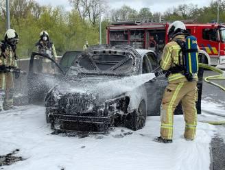 Vader en kindje ontsnappen uit Volkswagen Golf, luttele ogenblikken voor die in brand vliegt