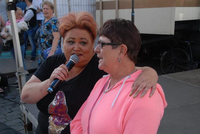 Levenslied-zangeres Karin Welsing voerde een duetje op met een fan uit Ammerzoden.
