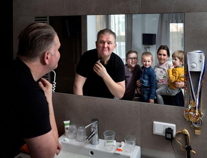 John van Dijk doet het laatste beetje zelf terwijl zijn kinderen kijken hoe het gaat.
