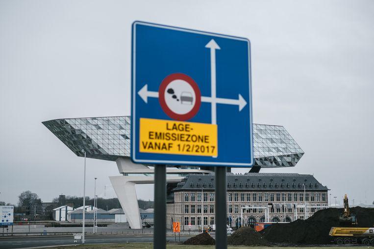 Verkeersborden duiden de lage-emissiezone in Antwerpen aan. Beeld Wouter Van Vooren