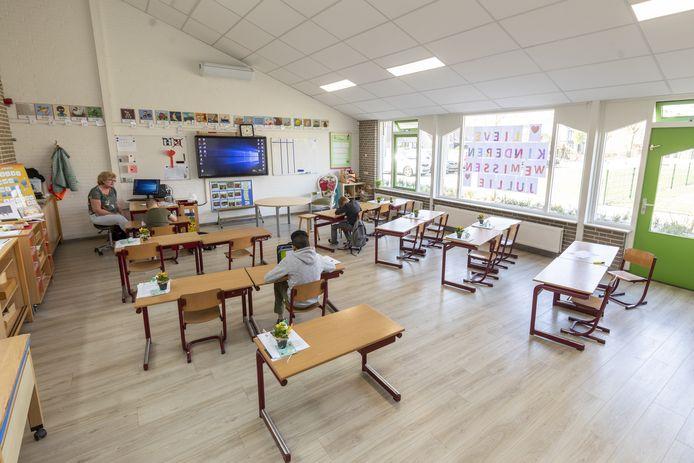 Juf Marianne overziet het kleine klasje van drie kwetsbare leerlingen in het schoolgebouw van De Welle.