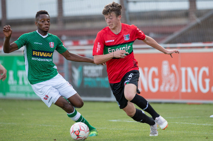 Ole Romeny van NEC in duel met Richie Zenga van FC Dordrecht.