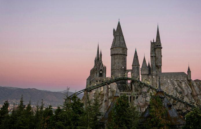 Le chateau d'Harry Potter et une vue de l'attraction The Flight of the Hippogriff à Universal Studios Hollywood.