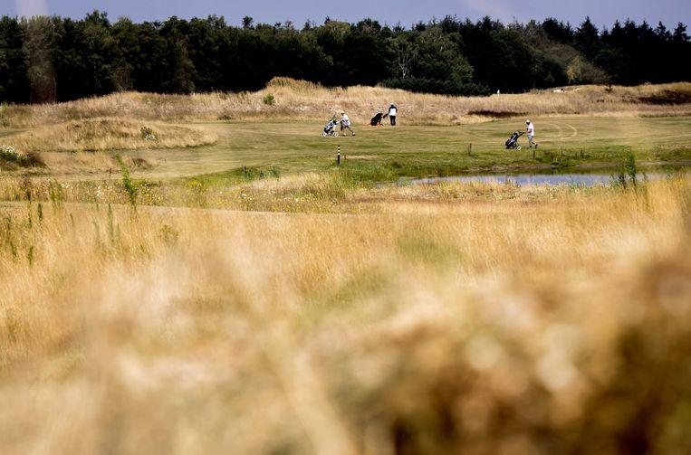 Droogte op een golfbaan tijdens een bijeenkomst over de droogtesituatie in Nederland. Door het uitblijven van neerslag drogen vennen op en kleuren weilanden geel.  Beeld ANP