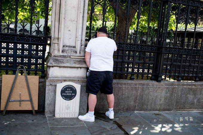L'homme a été surpris en train d'uriner sur la stèle