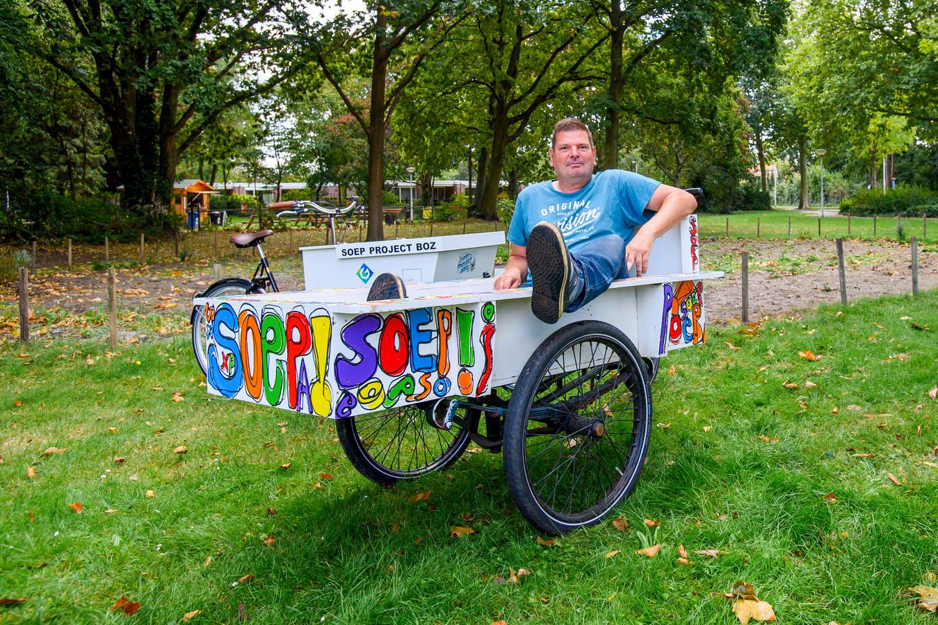 Wim Ligtenberg is de man achter het soepproject. Veel Bergenaren kennen hem en zijn kleurrijke bakfiets. Al heeft hij inmiddels een modernere variant waar hij zijn kilometers op maakt.