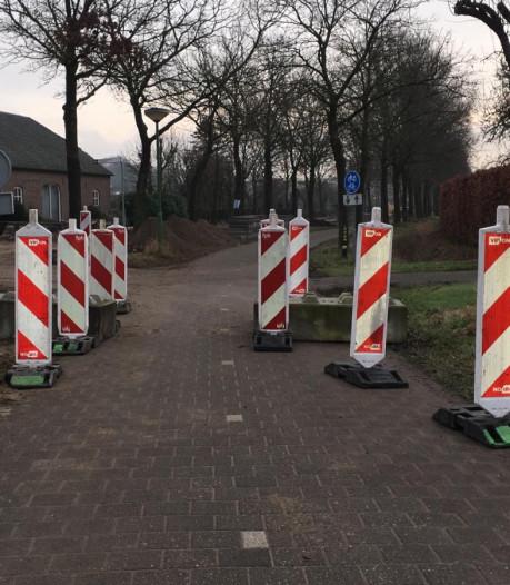 Betonblokken tegen hardleers autoverkeer op fietspad langs Broekdijk in Nederwetten