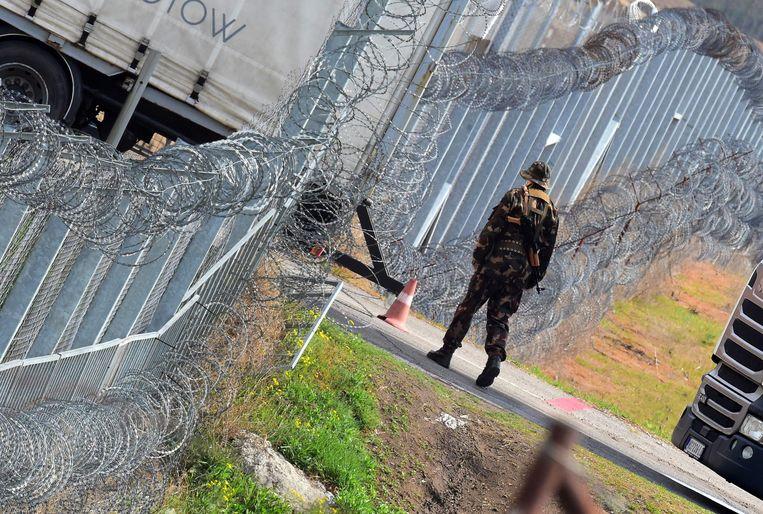 Een soldaat aan de zwaarbewaakte Hongaarse grens. Beeld AFP
