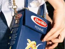 """Obsédé par les pâtes pendant le confinement, il crée un sac tendance """"Penne Barilla"""""""