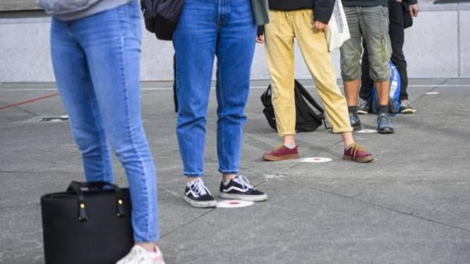 """""""Ze lokken te veel aandacht van jongens"""": Waalse schooldirectrice krijgt wind van voren omdat ze korte bloesjes verbiedt"""