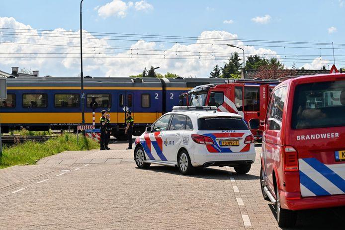 Een trein staat stil nadat dinsdagmiddag bij Prinsenbeek een 14-jarige fietsster is aangereden. Het meisje is hierbij om het leven gekomen.