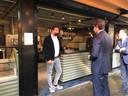 Wopke Hoekstra in gesprek met Teun Horck van restaurant DIS op de Noordkade.