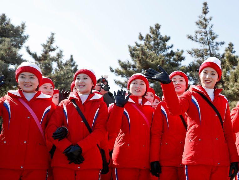 De Noord-Koreaanse cheerleaders tijdens hun bezoek aan het strand van Gyeongpo, vlakbij het Olympische dorp van Gangneung. Beeld EPA